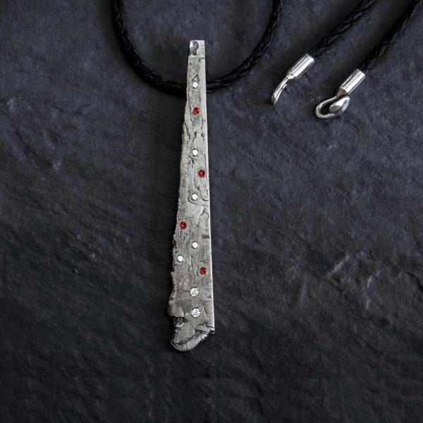 Colgante hombre con meteorito diamantes y rubieso-alta joyeria-pieza unica