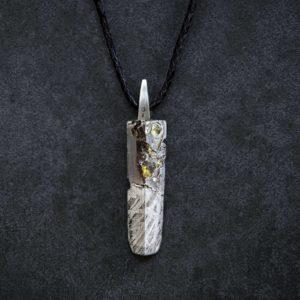Joya con meteorito mixto y oro y cuero