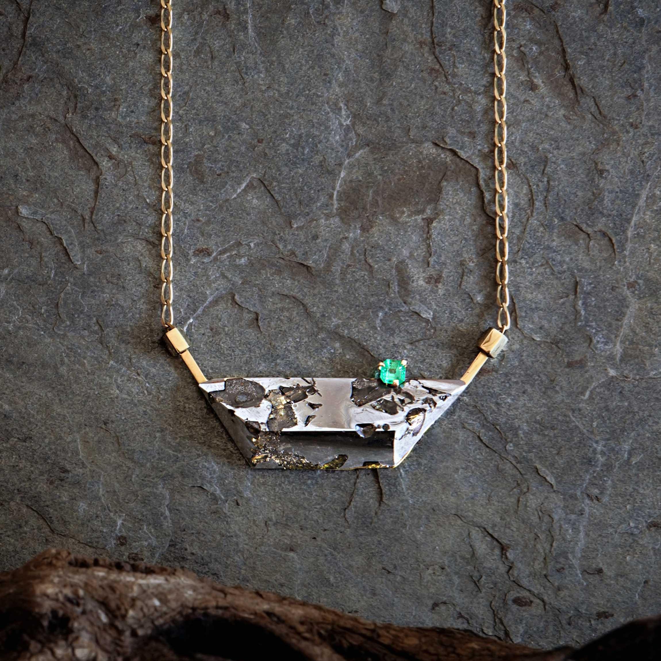 Joya con meteorito esmeralda y oro