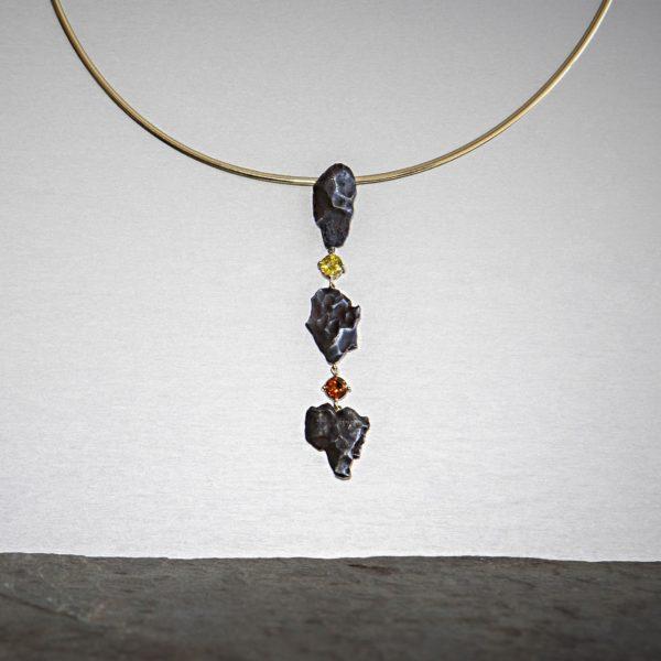 collar con meteorito zafiro y oro-alta joyeria