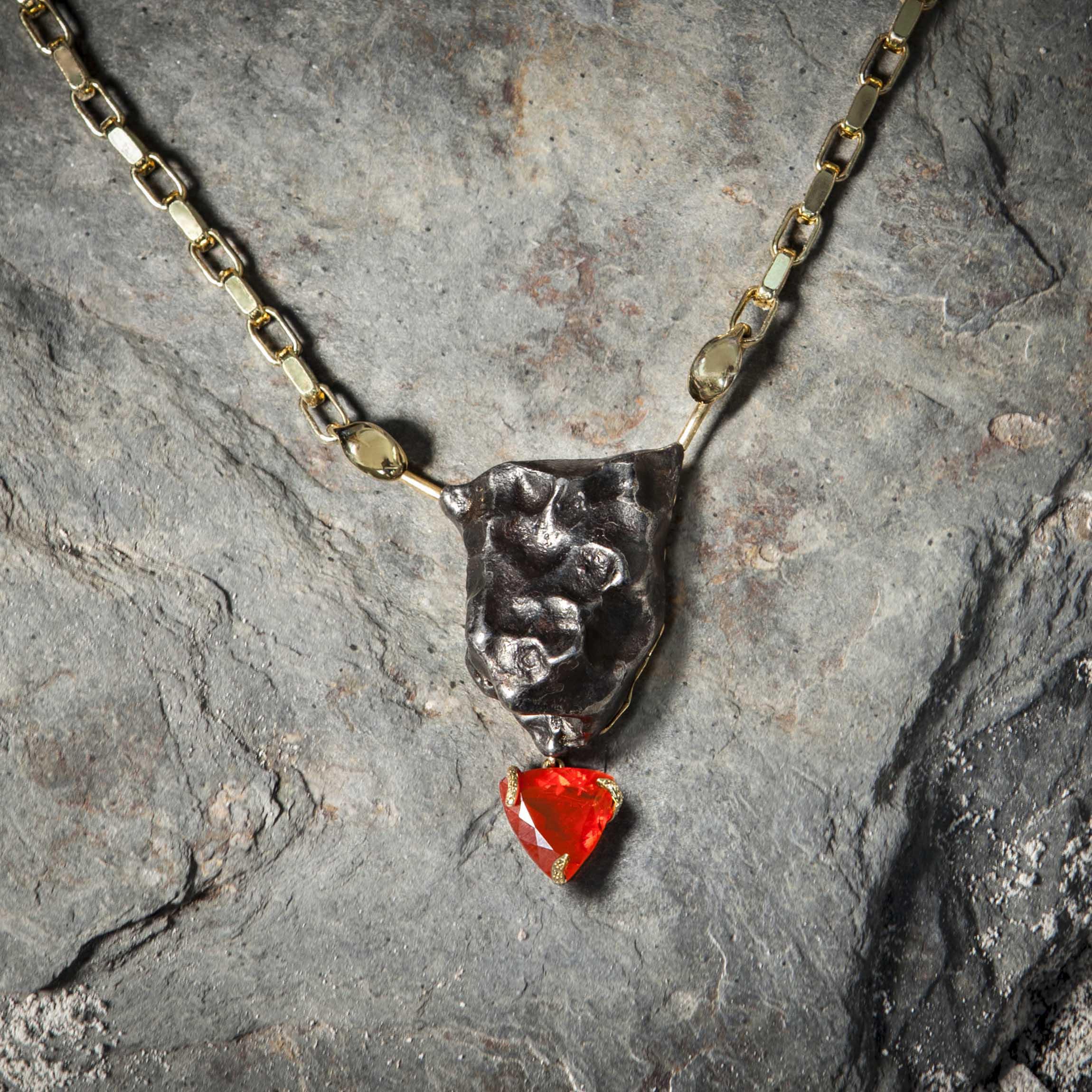 pieza de alta joyería con meteorito diamantes y rubies