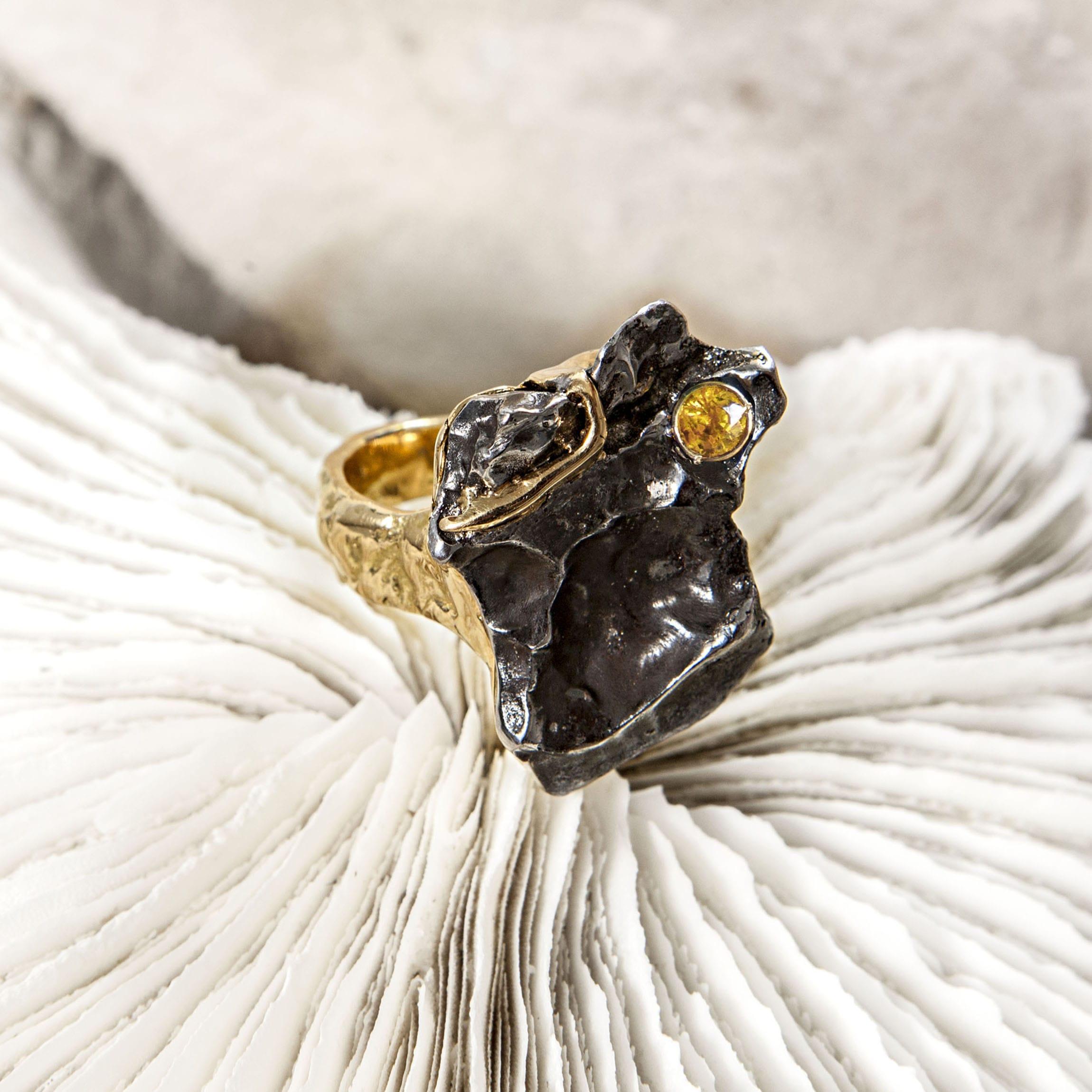 Anillo meteorito, zafiro y oro-alta joyeria