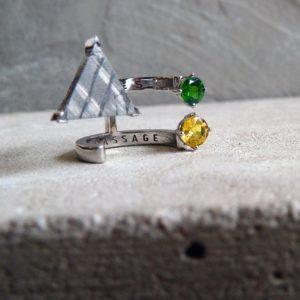 anillo de oro y zafiro